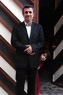احمدی نژاد یک روز پس از پایان ریاست جمهوری . درب منزل